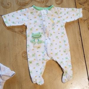 NB footed onesie zipper close white with frogs